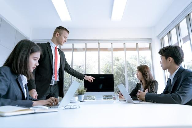 Geschäftsteam während der sitzung der konferenz über den marketing-plan im firmenbüro