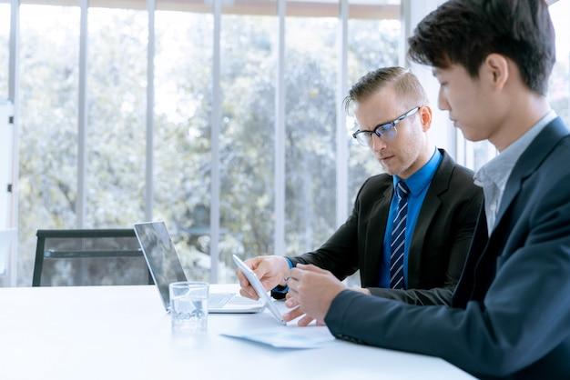 Geschäftsteam während der sitzungskonferenz sind arbeitsdokumente über den marketingplan