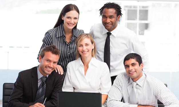 Geschäftsteam zusammen in einem büro