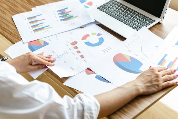 Geschäftsteamarbeit, die moderne laptop-computer der diagramm- und diagrammstrategie analysiert