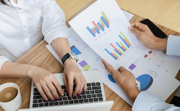 Geschäftsteamarbeit, die moderne laptop-computer des diagramm- und diagrammstrategiekonzeptes analysiert