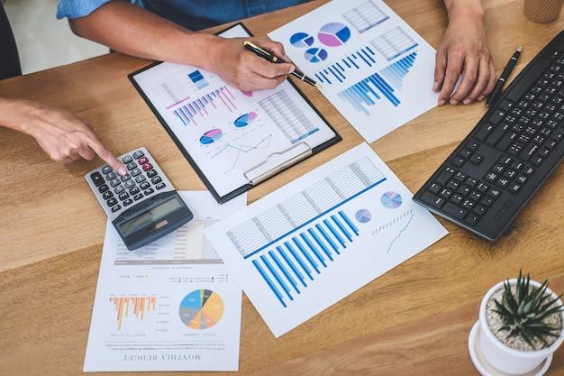 Geschäftsteambesprechung, die mit neuem startprojekt, diskussion und analyse daten der diagramme arbeitet