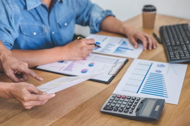 Geschäftsteambesprechung, die mit neuen startprojekt-, diskussions- und analysedaten arbeitet