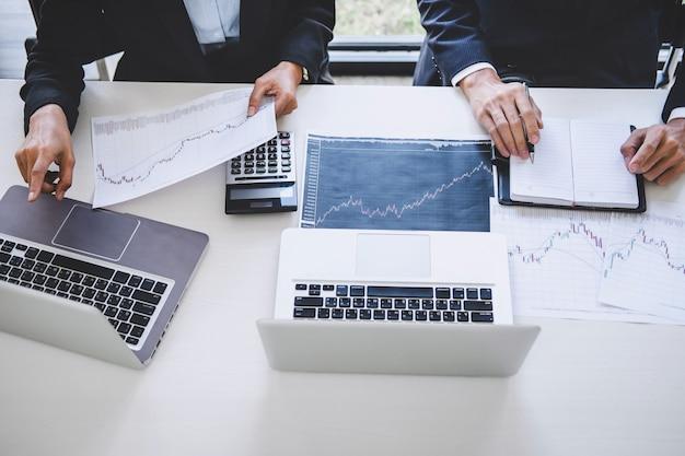Geschäftsteaminvestitionsarbeit und börsenhandel des analysediagramms