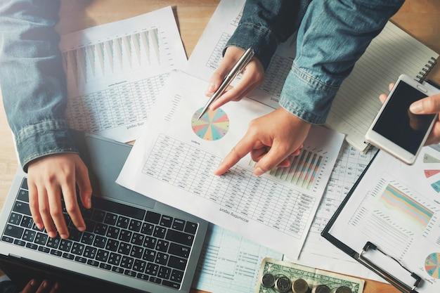 Geschäftsteamwork, das buchhaltungsbericht im büro überprüft