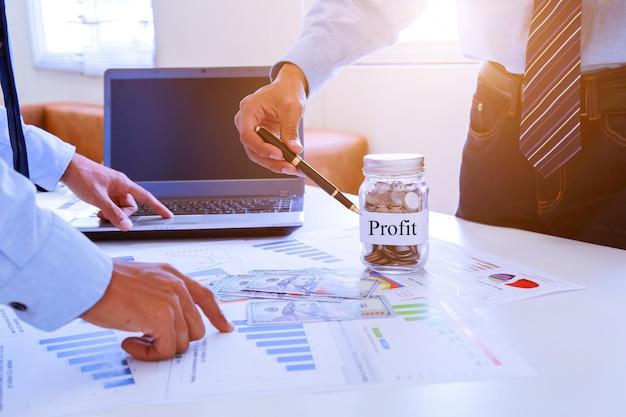 Geschäftsteamwork, das ideen bespricht und über gewinnzusammenfassung am konferenzzimmer plant.