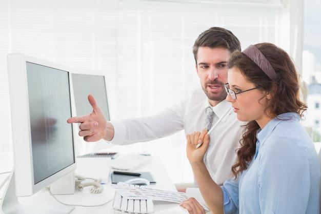 Geschäftsteamwork, das über einen vertrag spricht