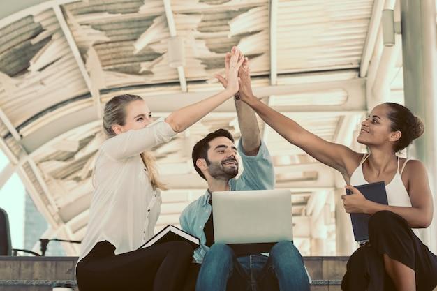 Geschäftsteamwork-händedruckshow für erfolgsgeschäft.
