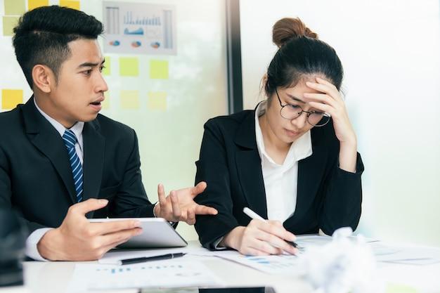 Geschäftsteamwork, partner und ernste diskussion beschuldigen.