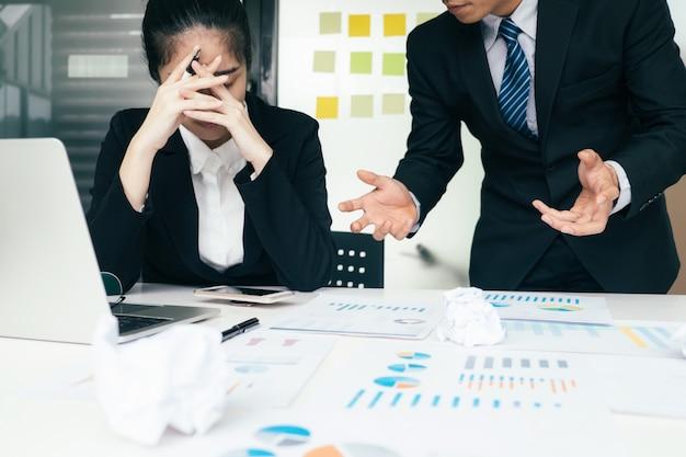 Geschäftsteamwork-schuldner und ernste diskussion.
