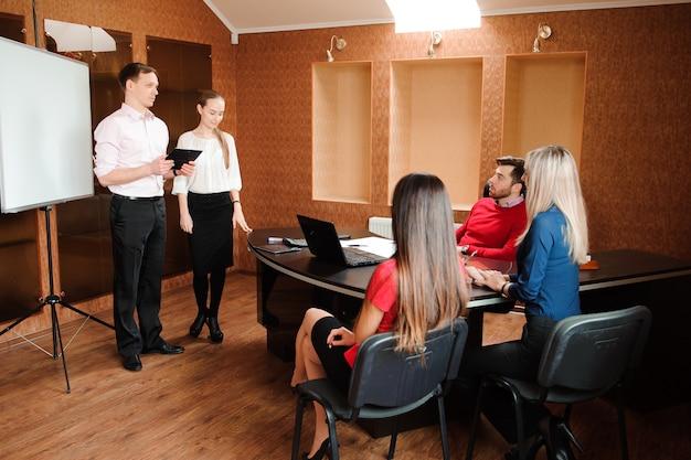 Geschäftstrainer, der training für personal im büro hält.