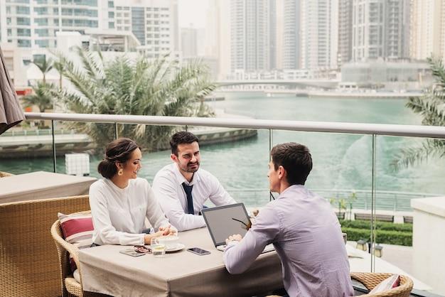 Geschäftstreffen auf modernem balkon