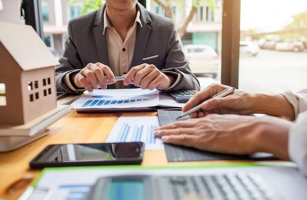 Geschäftstreffen des immobilienmaklers, geschäftstreffen, das mit neuem startprojekt arbeitet.