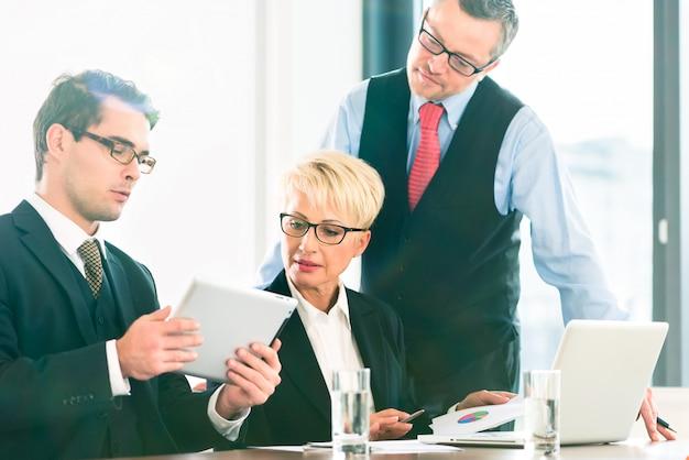 Geschäftstreffen im büro, leute, die mit dokument arbeiten