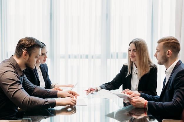 Geschäftstreffen im büroarbeitsbereich. menschen, die kommunizieren