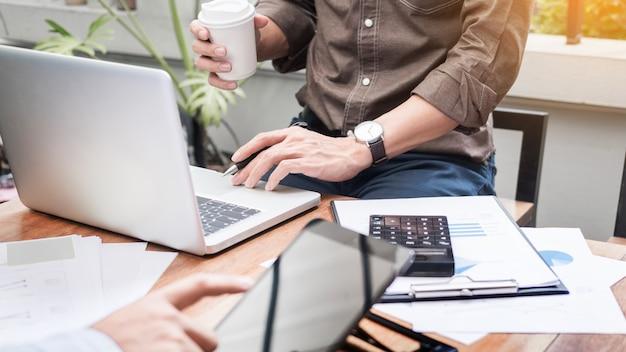 Geschäftstreffen im freien. dokumente konto manager crew arbeiten mit neuem startup projekt idee präsentation, analysieren marketingpläne