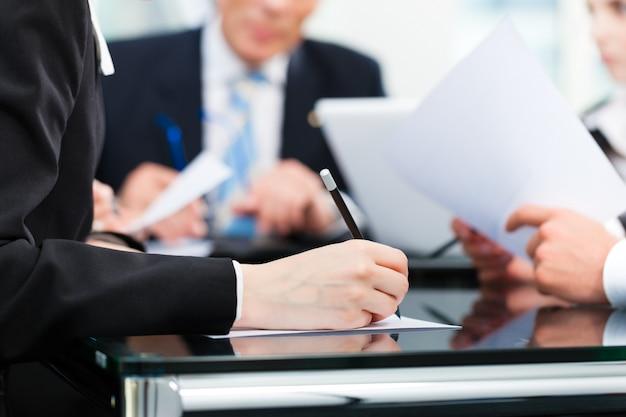 Geschäftstreffen mit der arbeit am vertrag