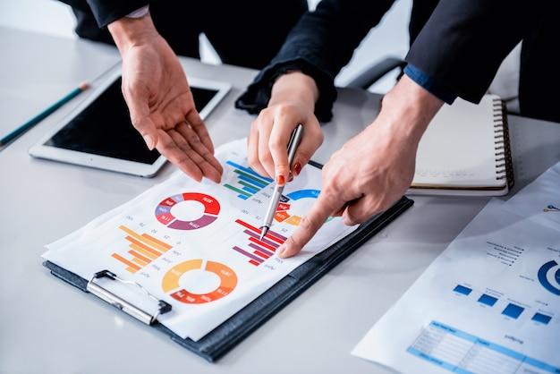 Geschäftstreffen und diskussion mit kollegen über den marketinggewinn. persönliche entwicklung.