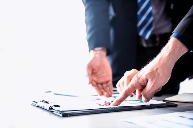Geschäftstreffen und diskussion mit kollegen über den marketinggewinn