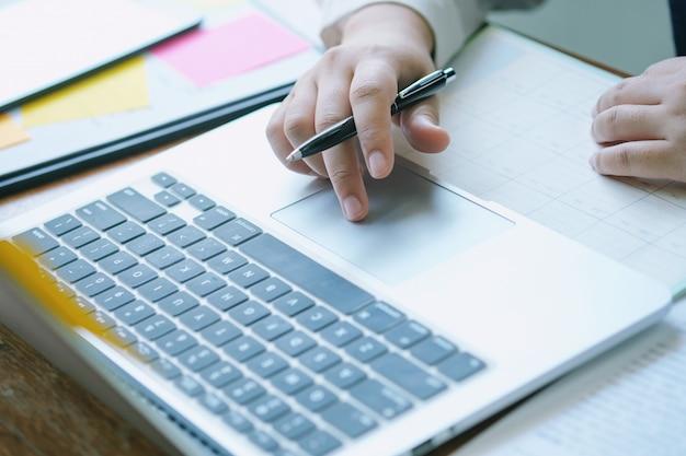 Geschäftsunterlagen, die ausführungsplanung auf bürotisch annoncieren.