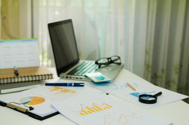 Geschäftsunterlagen und computer
