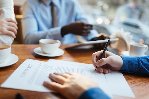Geschäftsvereinbarung unterzeichnen
