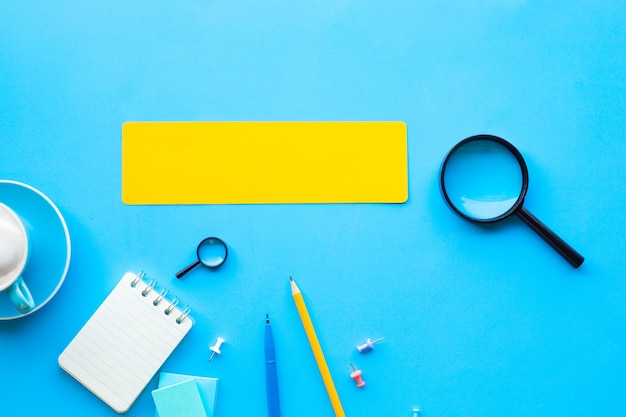 Geschäftsvisions- und analysekonzepte mit vergrößerung und leerzeichen auf dem schreibtisch. bildung oder planung