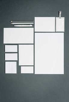 Geschäftsvorlage mit karten, papieren, stift. grauer raum.