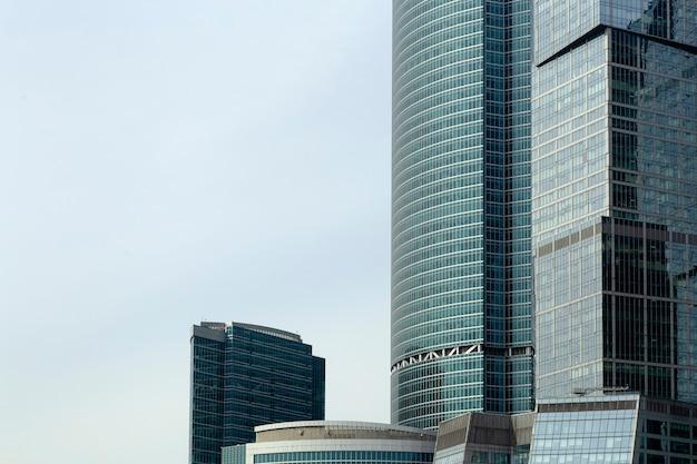 Geschäftswolkenkratzer und moderne bürogebäude der moskauer stadt gegen den himmel mit sonnenlichtgeschäfts- und wirtschaftshintergrund