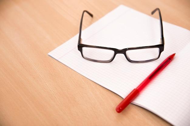 Geschäftszusammensetzung mit laptopgläsern und -stift