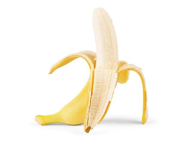 Geschälte banane auf weißem hintergrund