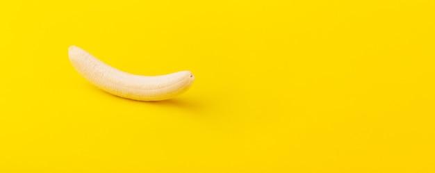 Geschälte banane, minimales diätkonzept
