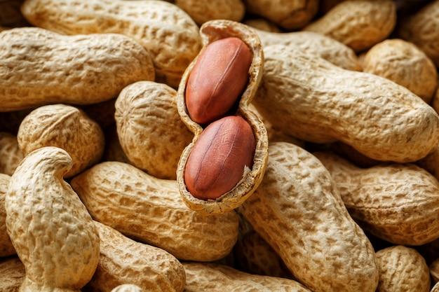 Geschälte erdnüsse auf brunnenerdnüssen. erdnüsse für hintergrund oder texturen.