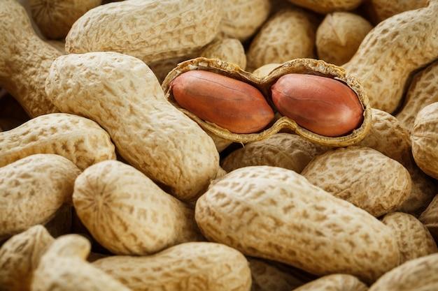 Geschälte erdnuss auf gut erdnüssen. erdnüsse oder texturen.