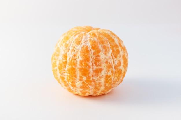 Geschälte ganze mandarinen- oder mandarinenorangenfrüchte auf weißer oberfläche