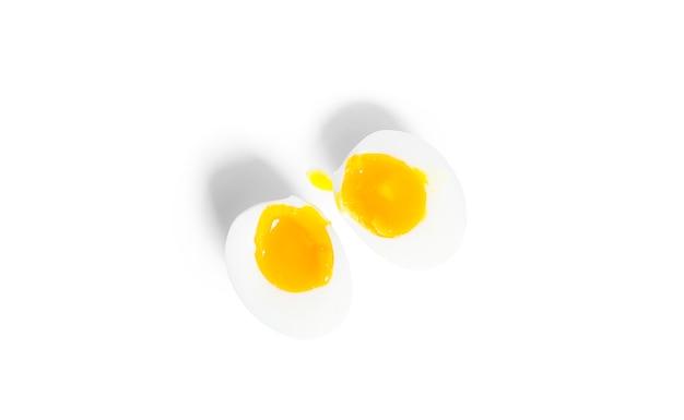 Geschälte gekochte eihälften isoliert. ei hälfte.