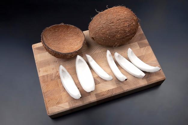 Geschälte kokosnuss auf einem holzbrett. vitaminfrüchte. gesundes essen