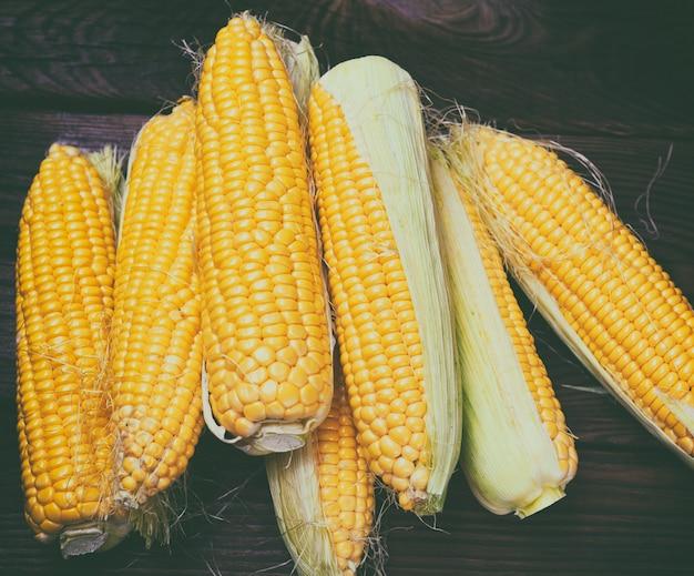 Geschälte maiskolben mit gelben körnern