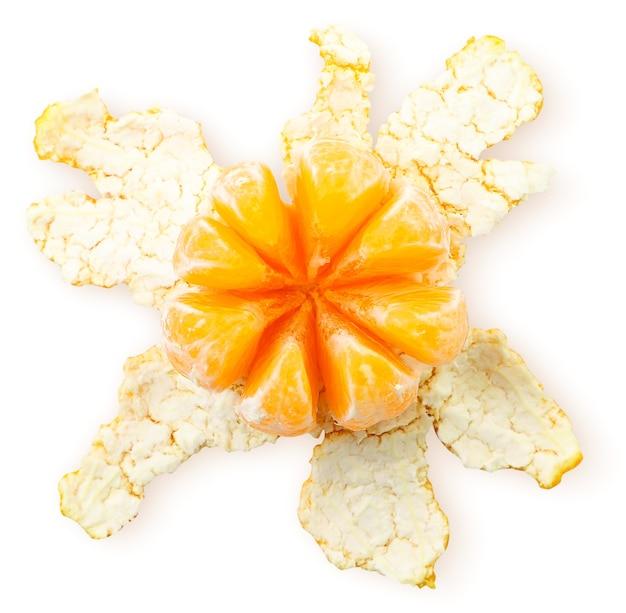 Geschälte mandarine und schale hautnah auf weißem hintergrund, isoliert. die aussicht von oben