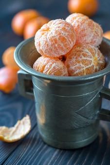 Geschälte mandarinen in der vintage tasse