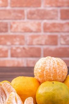 Geschälte mandarinen in einem bambussiebkorb