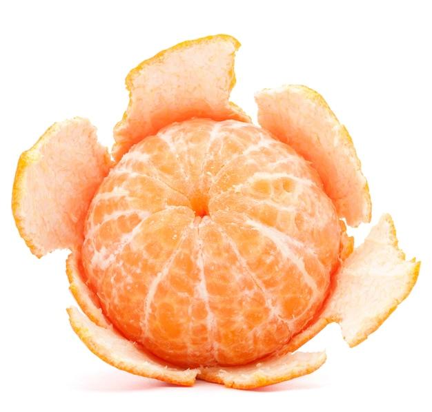 Geschälte mandarinen- oder mandarinenfrucht isoliert auf weißem hintergrund ausschnitt