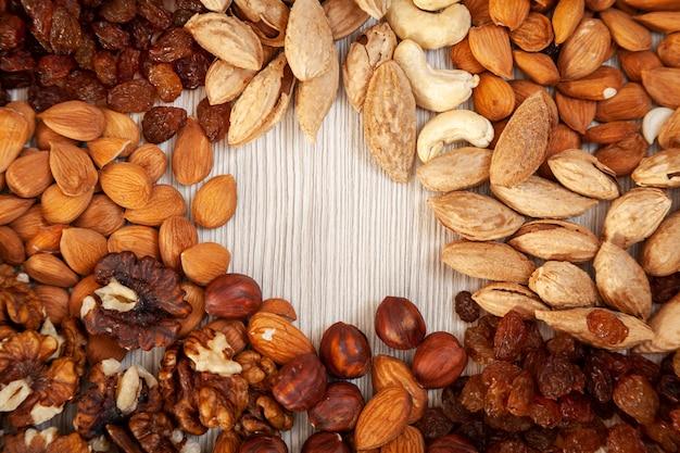 Geschälte mandeln, rosinen, aprikosenstein, walnüsse, cashewnüsse, haselnussmuster. makro-hintergrundtextur von einer vielzahl von nüssen