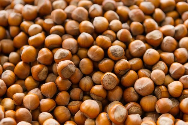 Geschälte nüsse auf dem markt. walnuss hintergrund, platz für text