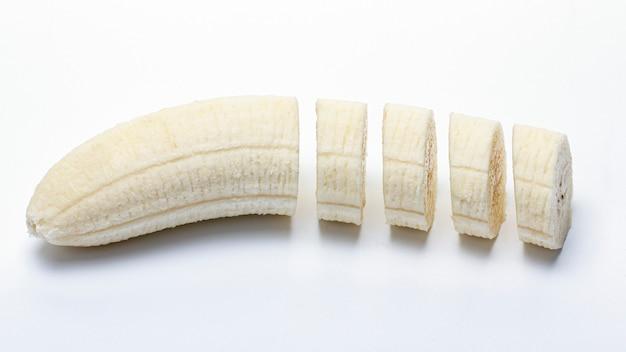 Geschälte und geschnittene banane