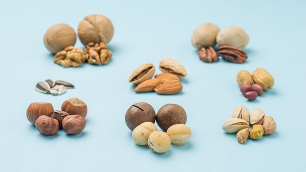 Geschälte und ungeschälte macadamianüsse auf der oberfläche verschiedener nüsse