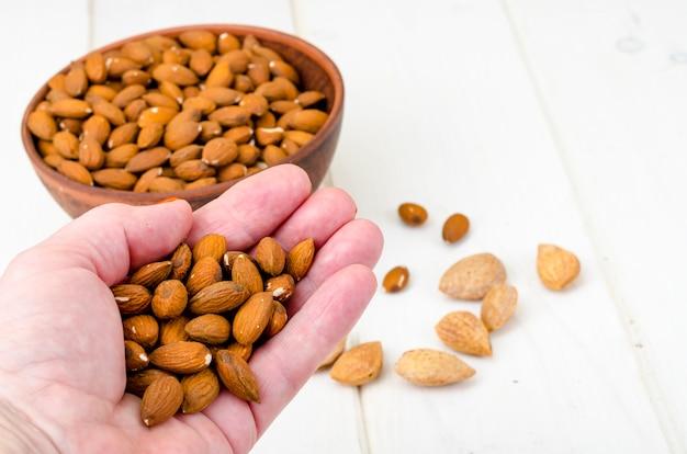 Geschälte und ungeschälte mandeln auf holz