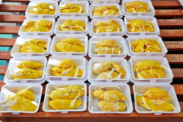 Geschälter durian auf dem straßenmarkt