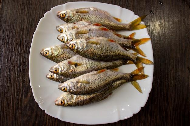 Geschälter fisch auf einem teller.