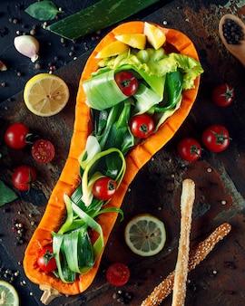 Geschälter kürbis mit tomaten und zitrone